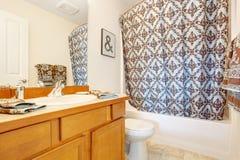 Interior del cuarto de baño adornado con las toallas y la cortina Imagen de archivo