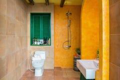 Interior del cuarto de baño colorido imágenes de archivo libres de regalías