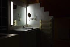 Interior del cuarto de baño con el fregadero y el espejo imágenes de archivo libres de regalías