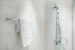 Interior del cuarto de baño con la cabezal de ducha moderna y la toalla blanca Imágenes de archivo libres de regalías