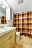 Interior del cuarto de baño con la cortina colorida Imagen de archivo