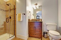 Interior del cuarto de baño con la ducha de cristal de la puerta Imagenes de archivo