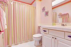 Interior del cuarto de baño de las muchachas en tonos rosados Imagen de archivo libre de regalías