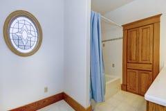 Interior del cuarto de baño en casa americana vieja Imagenes de archivo