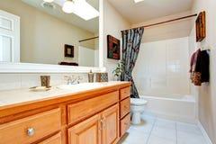 Interior del cuarto de baño en nueva casa americana Imagen de archivo