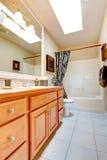 Interior del cuarto de baño en nueva casa americana Fotografía de archivo