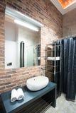 Interior del cuarto de baño en un desván Fotos de archivo