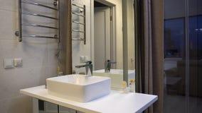 Interior del cuarto de baño moderno con la ducha Interior del cuarto de baño moderno fotos de archivo