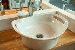 Interior del cuarto de baño con el fregadero y el grifo modernos Fotos de archivo libres de regalías