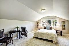 Interior del dormitorio con el techo y la sala de estar saltados Fotografía de archivo libre de regalías