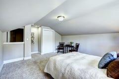 Interior del dormitorio con el techo y la sala de estar saltados Fotografía de archivo