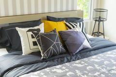 Interior del dormitorio con la cama gigante con lecho gris imágenes de archivo libres de regalías