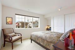 Interior del dormitorio con pequeña área de la oficina Foto de archivo