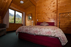 Interior del dormitorio de la casa de campo del glaciar del Fox Foto de archivo