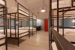 Interior del dormitorio de los estudiantes Dos camas de los niveles en sitio del dormitorio Imagen de archivo libre de regalías