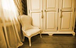 Interior del dormitorio de lujo de la vendimia foto de archivo