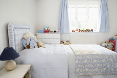Interior del dormitorio del niño foto de archivo