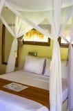 Interior del dormitorio en Bali fotos de archivo