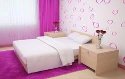 Interior del dormitorio hecho en colores claros con el mobiliario de madera ligero, alfombra y cortinas rosadas y papel pintado c Foto de archivo libre de regalías