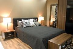 Interior del dormitorio moderno con muebles fotografía de archivo libre de regalías