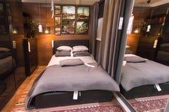 Interior del dormitorio moderno en la tienda grande de IKEA con muebles, la decoración y muchos productos para el hogar fotos de archivo