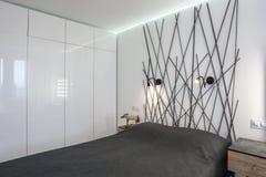 Interior del dormitorio moderno en plano del desván en el estilo del color claro de apartamentos costosos imagen de archivo