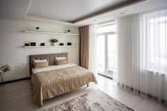 Interior del dormitorio moderno en plano del desv?n en el estilo del color claro de apartamentos costosos imagen de archivo