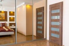 Interior del dormitorio principal con los espejos imágenes de archivo libres de regalías