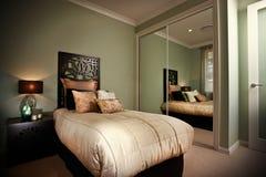 Interior del dormitorio reflejado en espejos Imagen de archivo