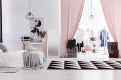Interior del dormitorio del ` s de la mujer con el armario Imagenes de archivo