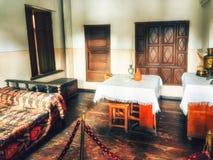 Interior del duplex de la pequeña choza de madera, en donde estaba bron Stalin fotos de archivo libres de regalías