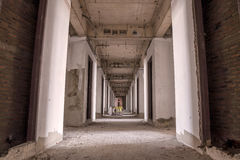 Interior del edificio abandonado viejo con la construcción inacabada Foto de archivo libre de regalías