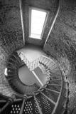 Interior del edificio histórico de la arquitectura del ladrillo del metal de la escalera espiral Fotos de archivo libres de regalías