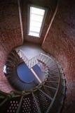 Interior del edificio histórico de la arquitectura del ladrillo del metal de la escalera espiral Imagen de archivo libre de regalías
