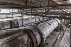 Interior del edificio industrial con las centrifugadoras del carbonato sódico Imagen de archivo libre de regalías