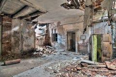 Interior del edificio viejo, abandonado y que desmenuza Imágenes de archivo libres de regalías