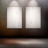 Interior del estilo del Grunge con las imágenes en blanco en la pared Imágenes de archivo libres de regalías