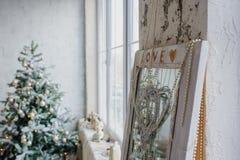 Interior del estilo del vintage adornado con el árbol de navidad y el viejo MI Fotos de archivo libres de regalías