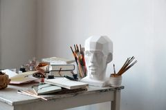 Interior del estudio de la pintura del artista independiente Fotografía de archivo