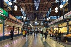 Interior del gran mercado Pasillo en Budapest, adornado para la Navidad, Hungría Fotografía de archivo libre de regalías