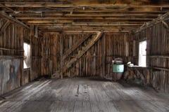 Interior del granero abandonado imagenes de archivo