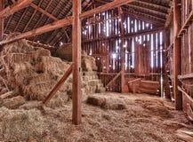 Interior del granero viejo con las balas de la paja Fotos de archivo