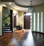 Interior del hall de entrada con el perro el dormir Imagen de archivo