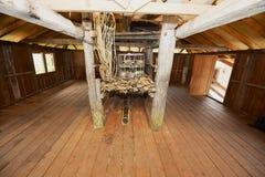 Interior del Headhouse del longhouse de Annah Rais Bidayuh - el edificio principal del pueblo de los cazadores de cabezas en Kuch Imagen de archivo