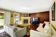 Interior del hogar con las paredes del color del contraste Fotografía de archivo libre de regalías