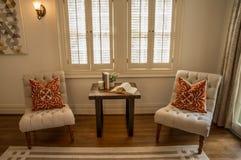 Interior del hogar con las sillas y los libros Imágenes de archivo libres de regalías