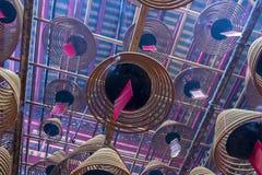 Interior del hombre Mo Temple, de las bobinas del incienso y de las etiquetas rojas del rezo imagen de archivo libre de regalías
