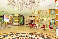 Interior del hotel con un área del salón Foto de archivo