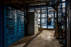 Interior del laboratorio de la medida con las máquinas grandes imagenes de archivo