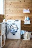 Interior del lavadero real con la lavadora en la ventana en fotos de archivo